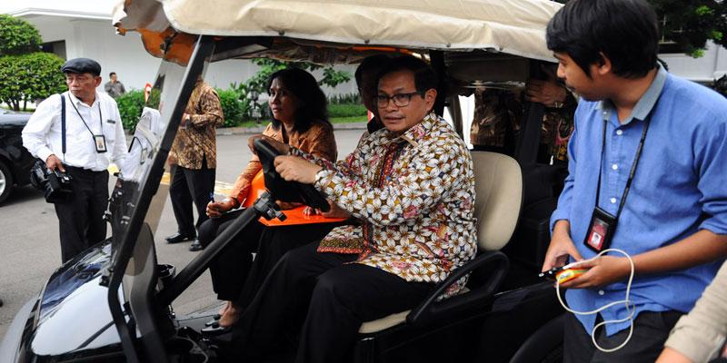 pdip-jatim-Seskab-Pramono-setir-golf-car