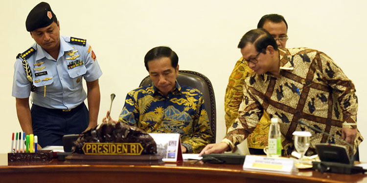Hasil gambar untuk Jokowi tanda tangan