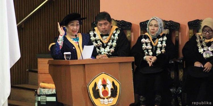 UNP Anugerahi Megawati Gelar Doktor Bidang Politik Pendidikan