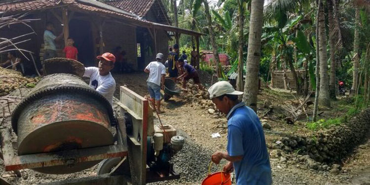 Kader PDIP dan Aktivis Gotong Royong Perbaiki Rumah Warga Kasus Stunting