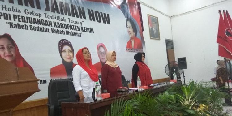 Ratusan 'Kartini Jaman Now' Merahkan Gedung Bagawanta Bhari Kediri