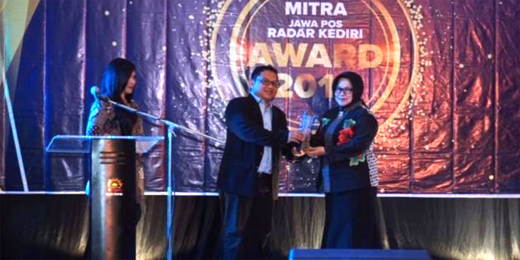 Terima Award dari Radar Kediri, Renny: Menambah Motivasi Dalam Menyapa Masyarakat