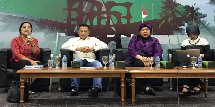 Eva Serahkan Tautan Toolkits KBB untuk DPR RI