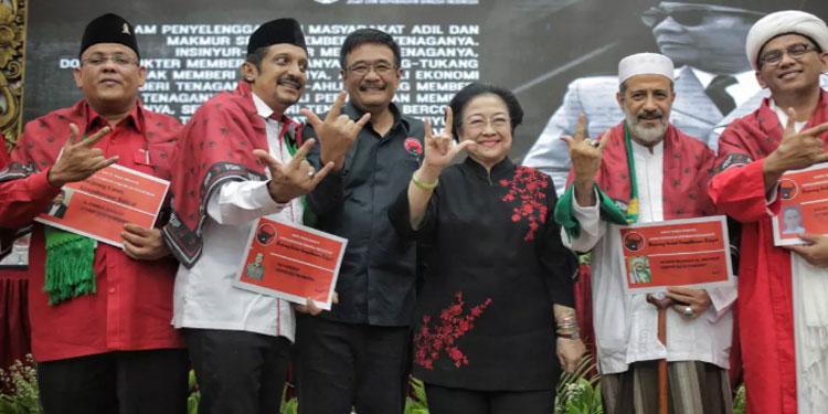 Megawati Serahkan KTA PDIP kepada Habaib, Ulama , Purnawirawan, dan Akademisi