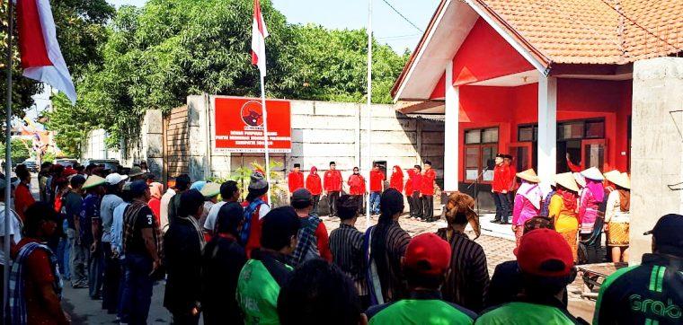Pedagang dan Ojek Online Ikuti Upacara HUT Kemerdekaan RI di DPC PDIP Sidoarjo
