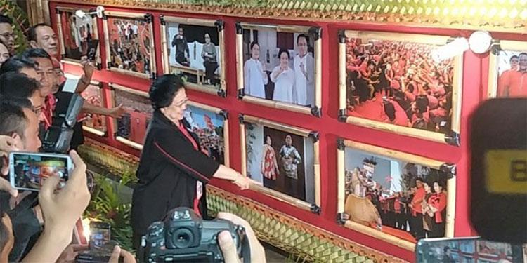 Sambil Tersenyum, Megawati Tunjuk Fotonya Bersama Prabowo Jadi Foto Favorit