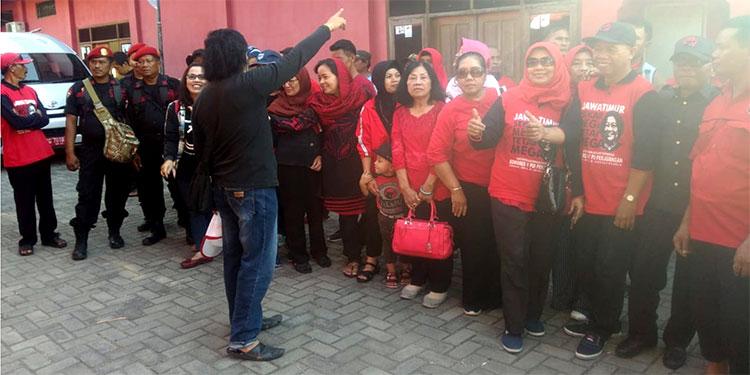 Menumpang 2 Bus, Ratusan Kader PDIP Nganjuk Meriahkan Kongres Bali