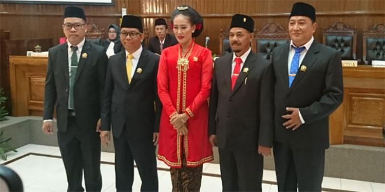 Dilantik, Ketua DPRD Magetan Kenakan Pakaian Adat Jawa Lengkap dengan Sanggulnya