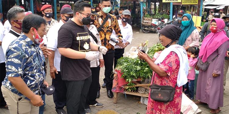 Blusukan ke Pasar, Dhito Tampung Keluh Kesah Pedagang dan Berbagi Masker