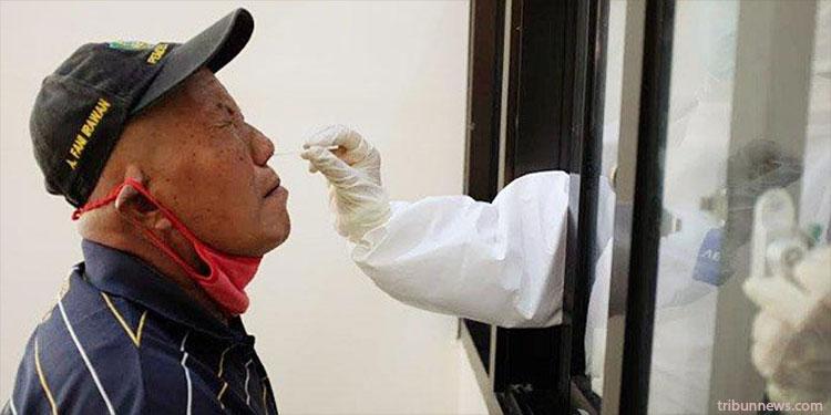 Warga yang akan masuk Trenggalek saat menjalani rapid test antigen di Puskesmas Baruharjo kecamatan Durenan, Kamis (24/12/2020).