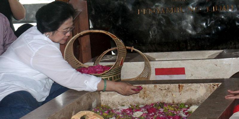 pdip-jatim-megawati-saat-nyekar-makam-bung-karno-2012