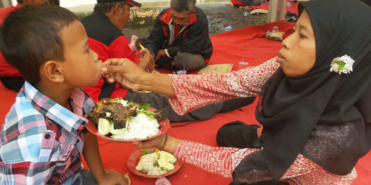 Warga 18 Kecamatan se-Sidoarjo Makan Ikan di Kantor PDIP