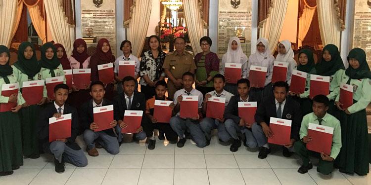 pdip-jatim-eva-siswa-penerima-beasiswa