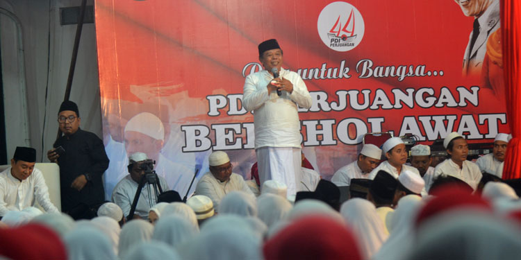 Ribuan Jamaah Sholawatan Padati Halaman Kantor PDIP Jatim