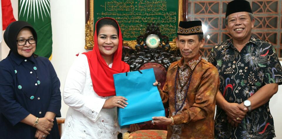 Mursyid Sholawat Wahidiyah Sambut Puti Penuh Kehangatan