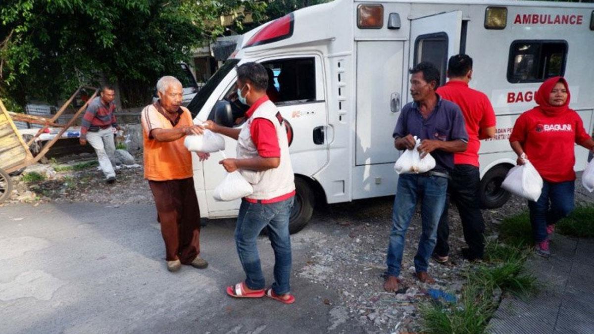 Relawan Baguna Jatim saat memberikan bantuan sembako kepada warga terdampak Corona di Surabaya.